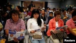 Dân chúng chờ tại một địa điểm ghi danh mua bảo hiểm y tế ở Cudahy, bang California, 27/3/14