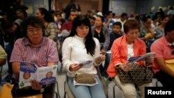 مردم در صف ثبت نام بیمه، ایالت کالیفرنیا