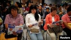 Warga AS antri untuk mendaftar asuransi kesehatan baru di kota Cudahy, negara bagian California (27/3).