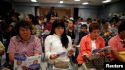Cư dân ở Cudahy, bang California chờ đăng ký mua bảo hiểm y tế