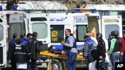 انتقال یکی از مجروحان حمله مسلحانه به موزه ملی باردو در پایتخت تونس - ۲۷ اسفند ۱۳۹۳