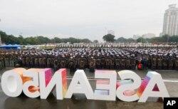 菲律宾马尼拉举行数千警察和士兵参加的部署仪式,为下周召开的东盟峰会提供安保。(2017年11月5日)