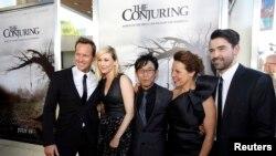 """El director de """"El conjuro"""", James Wan, centro, junto a todo el elenco durante la noche de estreno."""