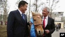 AQSh Mudofaa vaziri Chak Xeygl, Mongoliya Mudofaa vaziri Bat-Erdene Dashdemberel.