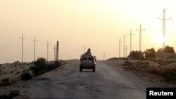 Anggota pasukan keamanan Mesir melakukan patroli di Semenanjung Sinai (foto: ilustrasi).