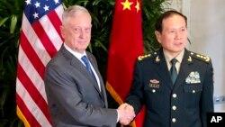 前美國國防部長馬蒂斯(左)會晤中國國防部長魏鳳和(右)(2018年10月18日資料照)