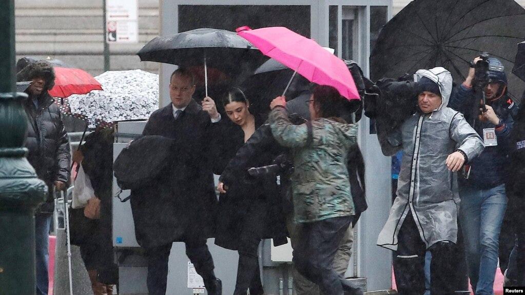 """Emma Coronel Aispuro, la esposa del capo mexicano de la droga Joaquín """"El Chapo"""" Guzmán, llega a la corte federal de Brooklyn."""