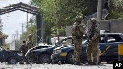 Pasukan Resolute Support memeriksa ledakan bom mobil di Kabul, Afghanistan, 5 September 2019.