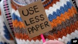 Seorang demonstran di Lisabon, Portugal menyerukan dikuranginya penggunaan kertas (yang berarti berkurangnya pohon yang ditebang) untuk memerangi peningkatan suhu Bumi, dalam aksi hari Jumat (29/11).
