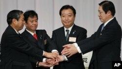 Thủ tướng Nhật Bản Yoshihiko Noda (thừ nhì, từ phải) và các đối thủ trong đảng bày tỏ sự đoàn kết sau khi ông thắng họ dễ dàng trong cuộc đua để giữ chức chủ tịch đảng DPJ và tiếp tục là Thủ tướng