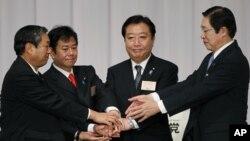 野田佳彥(右二)成功連任民主黨黨代表後與其餘三名對手合照