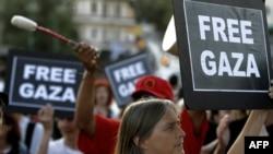 Aktivisti flotile za Gazu ispred Ministarstva za javni red u Atini, Grčka