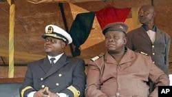 General António Indjai (à direita) com o almirante Zamora Induta, que derrubou da chefia das forças armadas, em Abril de 2010. Dois anos mais tarde, caíram os líderes civis.