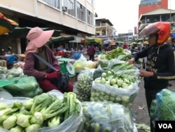Vegetable venders at Phnom Penh's Neak Meas market on December 27, 2019. (Kann Vicheika/VOA Khmer)