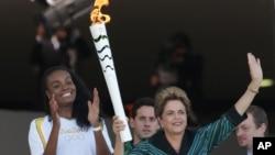 지우마 호세프 브라질 대통령이 그리스를 출발해 3일 브라질리아 대통령 궁으로 옮겨진 올림픽 성화를 들고 있다.