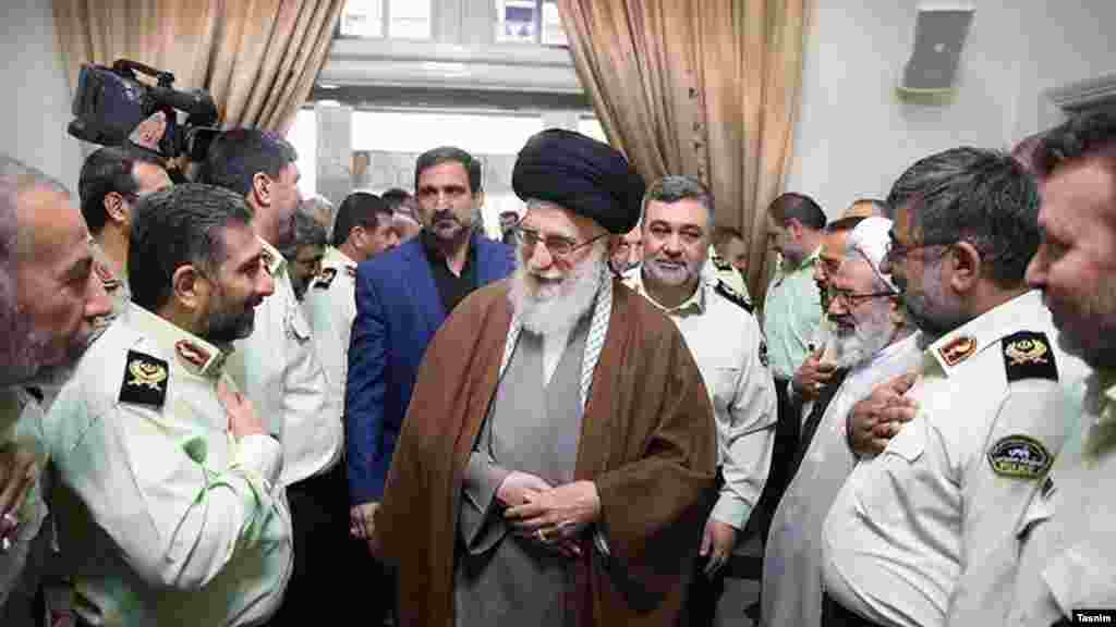 دیدار آیت الله خامنه ای و فرماندهان پلیس ایران