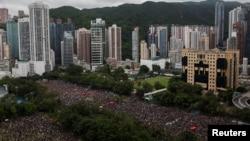 成千上萬的香港民眾2019年8月18日冒雨聚集在維多利亞公園要求港府進行民主與政治改革。