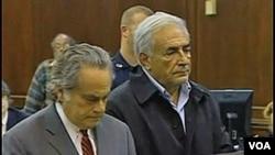 Dominique Strauss-Kahn dan pengacaranya saat hadir di pengadilan Manhattan, New York (17/5).
