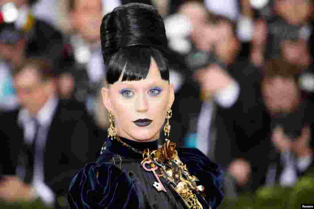នាង Katy Perry ដែលជាអ្នកនិពន្ធចម្រៀង និងអ្នកចម្រៀង បានទៅដល់កម្មវិធី Metropolitan Museum of Art Costume Institute Gala ដើម្បីប្រារព្ធពិធីសម្ភោធ «Manus x Machina: Fashion in an Age of Technology» នៅក្នុងក្រុង Manhattan ញូវយ៉ក កាលពីថ្ងៃទី២ ខែឧសភា ឆ្នាំ២០១៦។