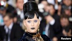 Penyanyi/penulis lagu Katy Perry tiba dalam acara Metropolitan Museum of Art Costume Institute Gala di New York (2/5). (Reuters/Eduardo Munoz)