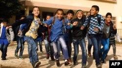 Des écoliers libyens jouent dans la cour de l'école al-Bashayer dans la ville côtière de Benghazi le 13 Décembre 2015. (Photo AFP/Abdullah Doma)