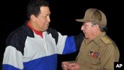 Presidente venezuelano, Hugo Chavez (esq.) com o presidente cubano, em Havana, no dia 10 de Dezembro - a última vez que o Chefe de Estado da Venezuela foi visto em público