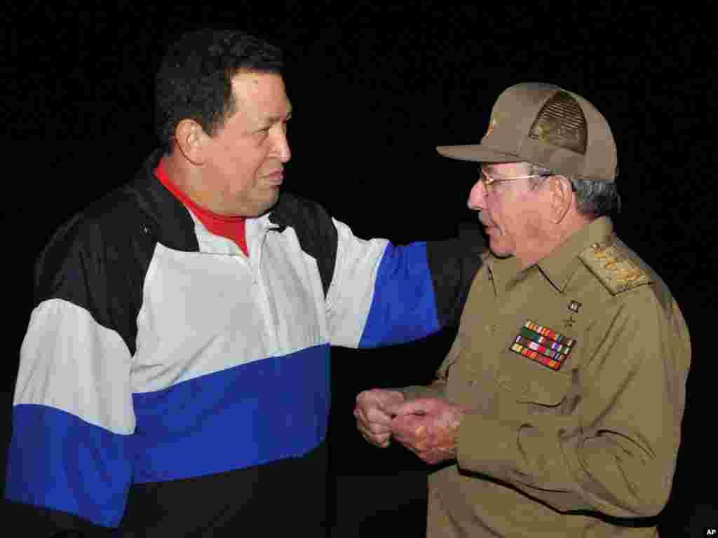 Esta foto dada a conocer por el periódico oficial de Cuba Granma, muestra al presidente de Cuba, Raúl Castro, en una reunión informal con el presidente de Venezuela en el Aeropuerto Internacional de La Habana, José Martí, el 10 de diciembre de 2012.