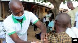 Vaccination contre le COVD-19 à l'extérieur d'une mosquée dans la banlieue d'Abuja, au Nigeria, le 8 octobre 2021.