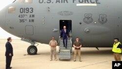 Potpredsednik SAD Džo Bajden izlazi iz vojnog aviona