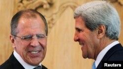 Ngoại trưởng Mỹ John Kerry (R) và Ngoại trưởng Nga Sergey Lavrov sau cuộc gặp bên lề Hội nghị APEC tại Bali, Indonesia.