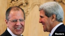 Menlu Rusia Sergei Lavrov (kiri) dan Menlu AS John Kerry berbincang seusai pertemuan bilateral di sela-sela agenda pertemuan KTT APEC di Nusa Dua, Bali (7/10).