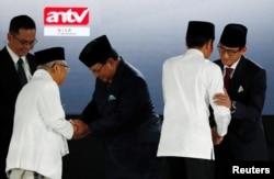 Presiden Joko Widodo dan pasangannya cawapres Ma'ruf amin menyambut paslon nomor 2 Prabowo Subianto dan Sandiaga Uno, sebelum Debat Capres Cawapres di Jakarta, 13 April 2019.