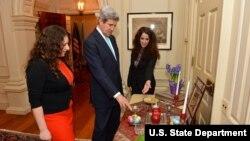سحر جزئیات سفره هفت سین را برای جان کری، وزیرخارحه آمریکا توضیح می دهد