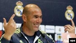 L'entraîneur français du Real Madrid Zinedine Zidane lors d'ne conférence de presse à Valdebebas sports, près de Madrid, Espagne, 29 avril 2016. epa / Paco Campos