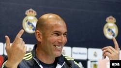 L'entraîneur français du Real Madrid Zinedine Zidane tient une conférence de presse à l'issue d'une séance d'entrainement à Valdebebas sports, près de Madrid, Espagne, 29 avril 2016. epa / Paco Campos