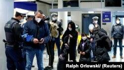 Polisi federal Jerman memeriksa para penumpang dari Inggris yang tiba di Bandara Frankfurt di tengah merebaknya pandemi virus corona, di Frankfurt, Jerman, 30 Januari 2021. (Foto: Ralp Orlowski/Reuters)