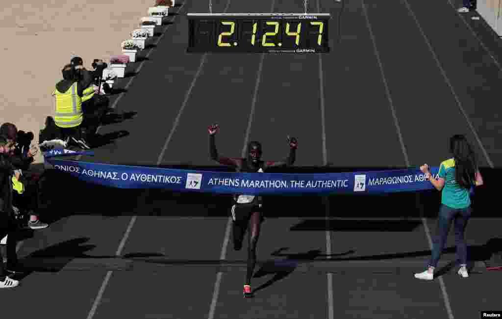 Le Kényan Luka Rotich Lobuwan sur la ligne d'arrivée lors de la 34e course d'Athènes, Grèce, le 13 novembre 2016.