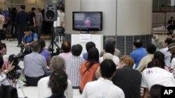 Các nhà hoạt động và ký giả xem phán quyết của Tòa Bảo Hiến qua truyền hình tại trụ sở tòa hôm 13/7/12