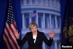 """2017年1月26日,英国首相特雷莎·梅对在费城开会的美国共和党人说,美国和英国进行干预、照着美英的形象塑造别国的日子一去不返了。她说,捍卫英美价值观是符合两国利益的,但不能回到 """"过去那些失败的政策""""。"""