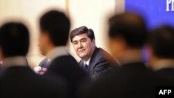 2010年7月新疆自治区主席努尔·白克力在人大记者会上。