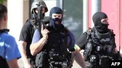Polisi khusus Jerman siaga di dekat gedung bioskop di Viernheim, pasca tewasnya seorang pria bersenjata di sana, Kamis (23/6).