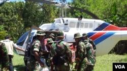 Anggota TNI memasukkan barang bantuan untuk korban gempa di Sulawesi Tengah ke dalam helikopter. (Foto: VOA/Yoanes Litha)