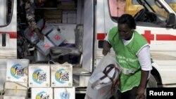 Nhân viên y tế Nigeria chất dụng cụ lên xe trước khi bắt đầu chiến dịch chủng ngừa bệnh bại liệt trên toàn quốc.