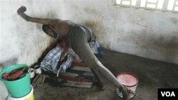 Seorang penderita gangguan mental di Monrovia, Liberia dirantai di tempat tidurnya (foto: dok). Menurut WHO, 85 persen pasien gangguan mental di dunia tidak mendapat perawatan yang memadai.