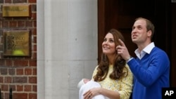 Pangeran William dan Kate, Duchess of Cambridge dan putri mereka yang baru lahir berpose bagi media saat meninggalkan St. Mary's Hospital, London, Sabtu (2/5).
