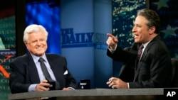 Джон Стюарт и сенатор Эдвард Кеннеди. Программа «Daily Show». 20 апреля 2006 г.
