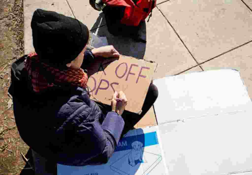 Los manifestantes del movimiento Ocupemos DC levantan una tienda de campaña simbólica en la plaza de McPherson en protesta por la normativa que les obliga a dejar el parque.