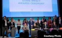 លោក សំលៀង សិលា នាយកប្រចាំប្រទេសនៃអង្គការសកម្មភាពដើម្បីកុមារ (APLE) នៅក្នុងចំណោមអ្នកទទួលពានរង្វាន់ Star Impact Award ក្នុងទីក្រុងប៉ារីស កាលពីថ្ងៃទី១២ ខែធ្នូ ឆ្នាំ២០១៥។ (រូបថតផ្តល់ដោយអង្គការ APLE Cambodia)