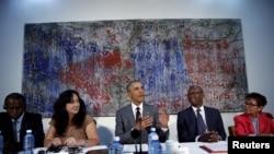 Prezident Obama ABŞ-ın Havanadkı səfirliyində Kuba dissidentləri ilə görüşür. Havana, Kuba, 22 mart, 2016.