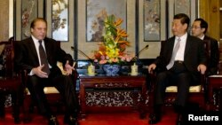 Pakistan's Prime Minister Nawaz Sharif (L) talks to Chinese President Xi Jinping during a meeting in Beijing, July 4, 2013.